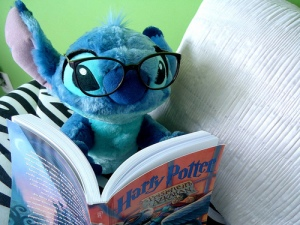 stitch_reading_by_calling_all_angelz-d34ehau