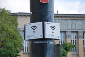 1280px-free_wifi_zone2c_dc485browskiego_square_in_c581c3b3dc5ba